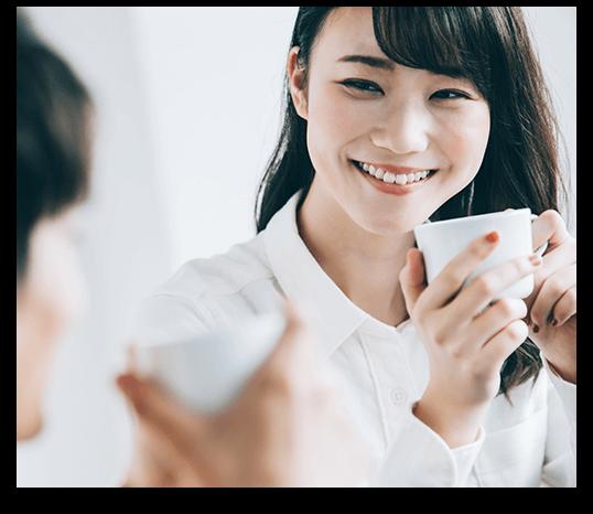 白い歯で笑顔を見せる女性